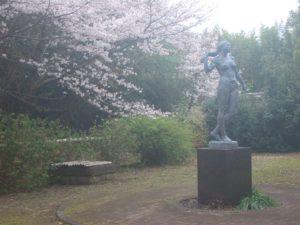 施設裏庭の女性像も、雨が恨めしそう?!